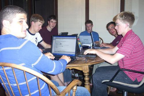 Zuckerberg, en el centro al fondo, con su equipo de programadores después de crear thefacebook.com