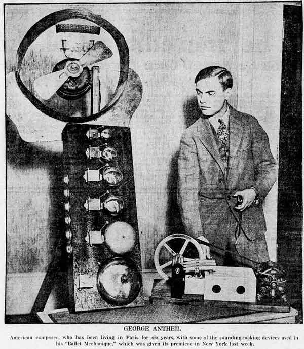 George Antheil con uno de los instrumentos mecánicos utilizados en su ballet mecánico