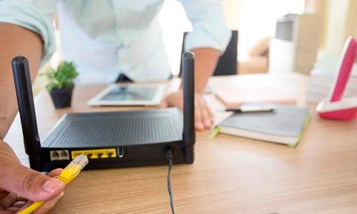 Conectar el cable Ethernet a un conector de la red local interna.